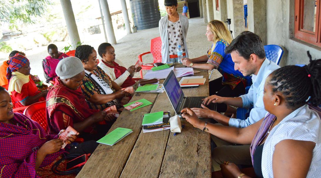 Voluntarios de Empoderamiento de la Mujer ayudando a emprendedoras tanzanas.